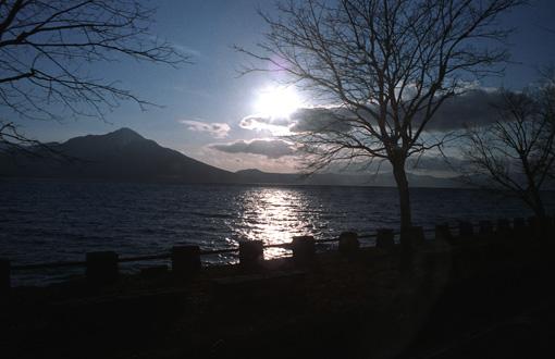 支笏湖に逆光