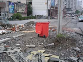 赤いゴミ箱。