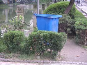 青いゴミ箱。